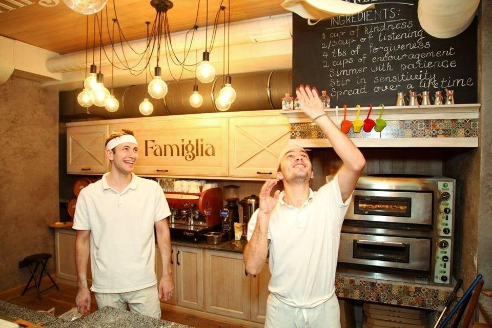 Пиццайоло ресторана La Famiglia
